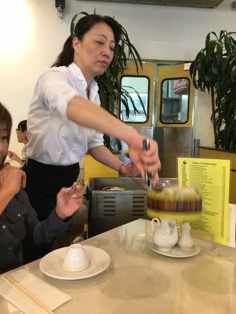 レジェンド シーフードレストラン, 山積み飲茶がワゴンで回ってきます。 めちゃめちゃ混んでいます。中国人、韓国人 ローカルのお客さんも多くて大変な活気でした。どれも本当においしくて量も多く大満足でした。店員さんのベビーに対する配