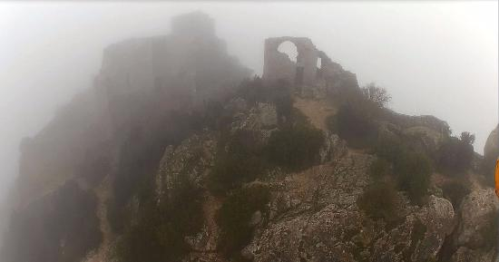 Duilhac-sous-Peyrepertuse, Frankrike: Peyrepertuse par brouillard