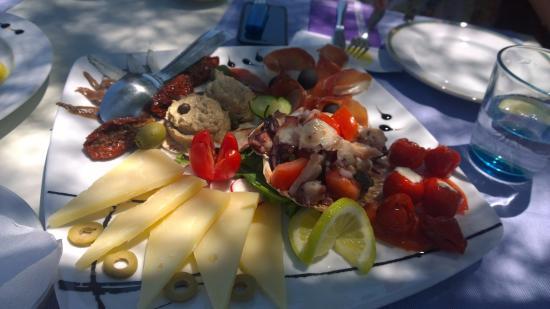 Racisce, Croatia: Das Auge ist immer mit ! Dalmatino Platte , lecker !!!!
