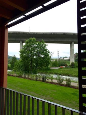 Glattfelden, Suíça: Riverside Lodge Zimmer mit Balkon ohne Terrassenmöbel direkt an der Brücke. Amerikanischer Charm