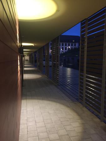 Glattfelden, Swiss: Riverside Lodge Zimmer mit Balkon ohne Terrassenmöbel direkt an der Brücke. Amerikanischer Charm