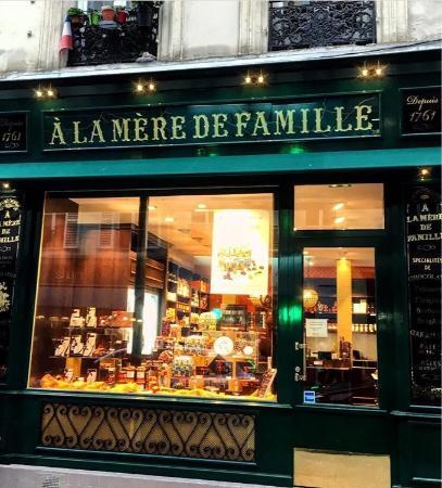 A la Mere de Famille: Devanture de la boutique ayant ouverture dans le Marais, rue Rambuteau