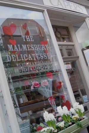 Malmesbury, UK: Capers in bloom!