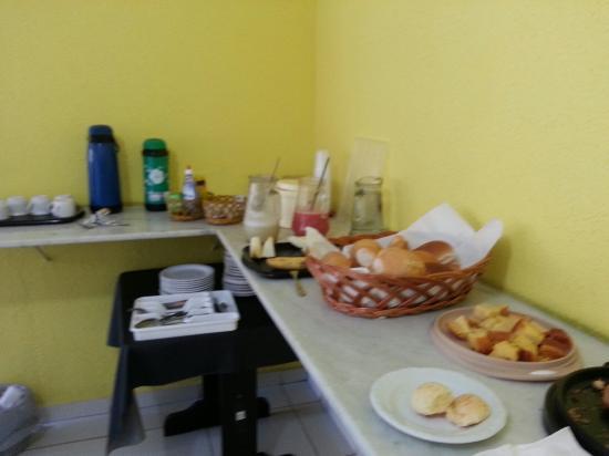 Imperatriz, MA: Quarto ...banheiro ... café da manhã !!