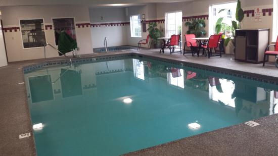 Chehalis, WA: indoor pool and hot tub. very clean and warm water in the pool