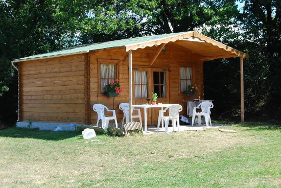 Lion-en-Sullias, ฝรั่งเศส: Chaletje 4 p met sanitair en overdekt terras op kleine groene camping