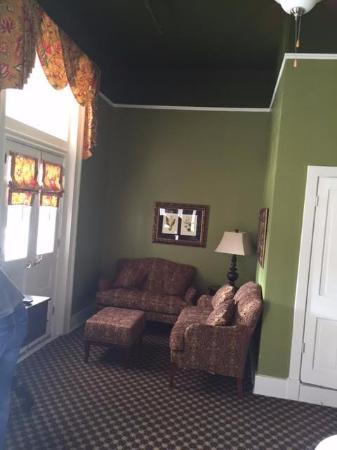Menger Hotel: Siting living room area-can open french doors to balcony.