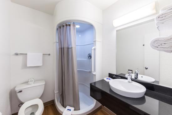 Motel 6 Klamath Falls: Bathroom