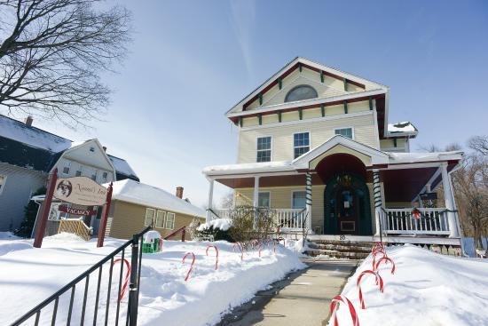 Naomi's Inn: Exterior Christmas