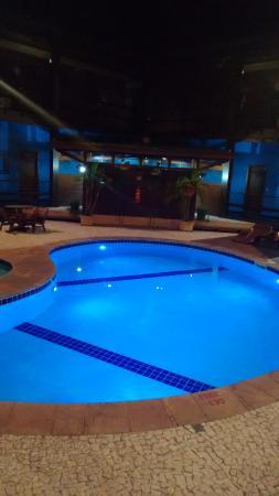 Hotel Pira Miuna: A bela piscina do hotel a noite