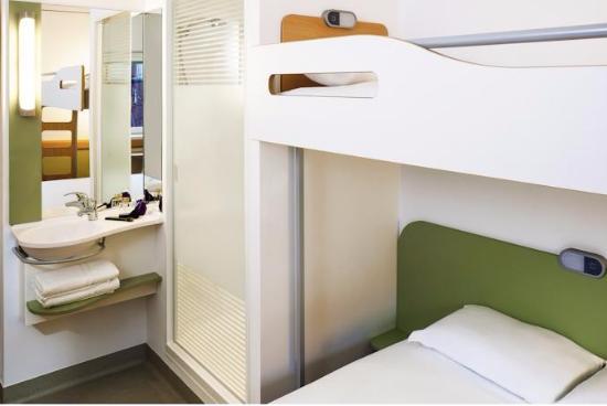 camera tripla con lavandino di fianco al letto e doccia vedo- non vedo