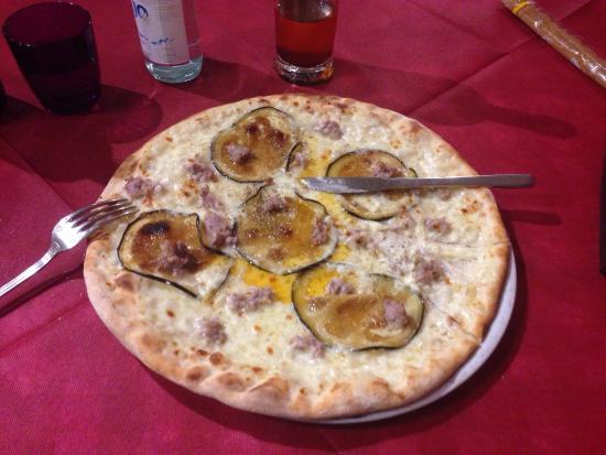 Veneto, Italia: Pizza ai gati mori sant' Elena preparata dal mitico pizzaiolo Nicola fatta con amore leggera sot