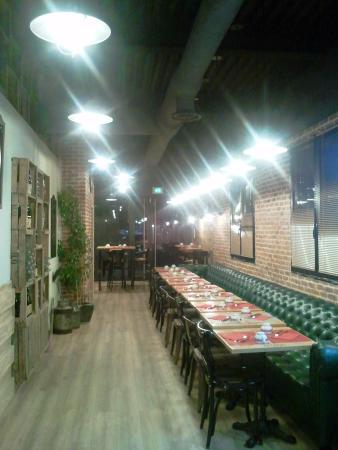 Superbe idée déco présentant une partie de la cave à vin et tri ann la salle du restaurant