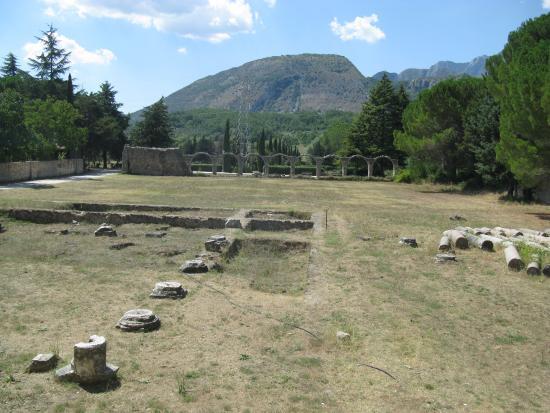 Castel San Vincenzo, Italia: Area archeologica antistante la chiesa di S. Vincenzo