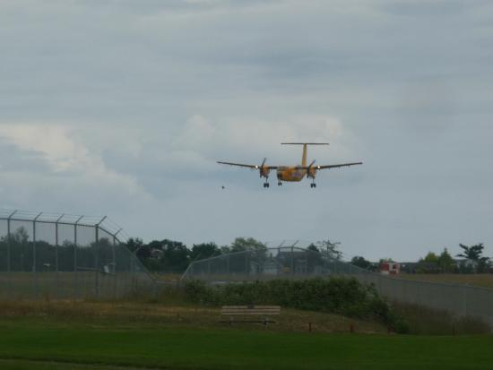 Comox, Canadá: aircraft practicing it's landing, beside us, hole #5.