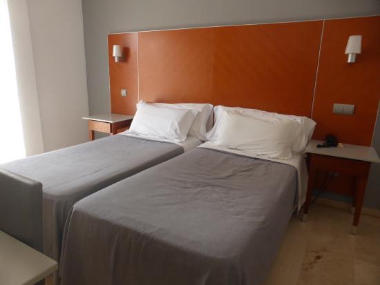 chambre gris-blanc-orange - Picture of Hotel el Palmeral, Benidorm ...