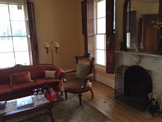 Mokelumne Hill, Kalifornia: Garamendi Suite Sitting Area/Fireplace