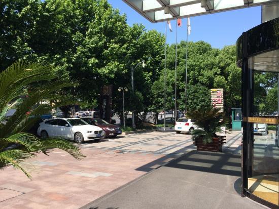 Цзясин, Китай: Vor dem Hotel