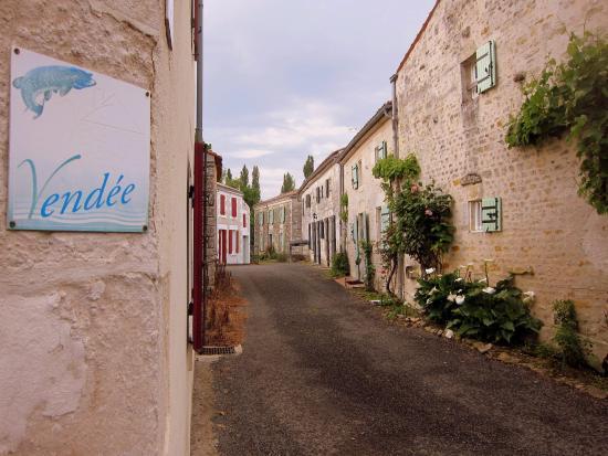 Benet, Francia: Au coin de la maison, vue sur Sainte Christine