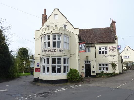 Chilham, UK: Front view of the Woolpack Inn ('our' kitchen was in upstairs bow window)