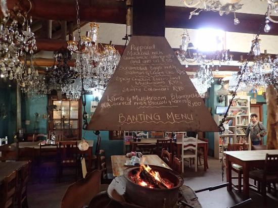 Caledon, Sør-Afrika: Nice touch with the menu on all four sides of the hearth.