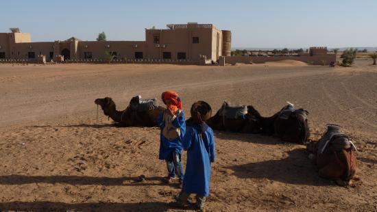 Hotel Nomad Palace: Hotel Palace et chameliers en attente de départ vers les dunes