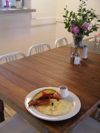 ซัทเทอร์ครีก, แคลิฟอร์เนีย: Kids pancake and fruit breakfast - note fresh-cut flowers on all tables