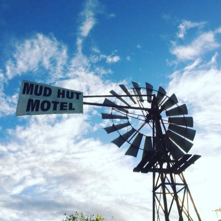 Mud Hut Motel: Good plan to stay when heading out to the lands