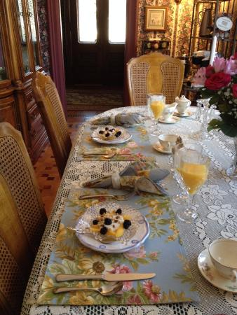 WestPort Bed and Breakfast: 3 course breakfast, fresh fruit, and those are fresh flowers on the right
