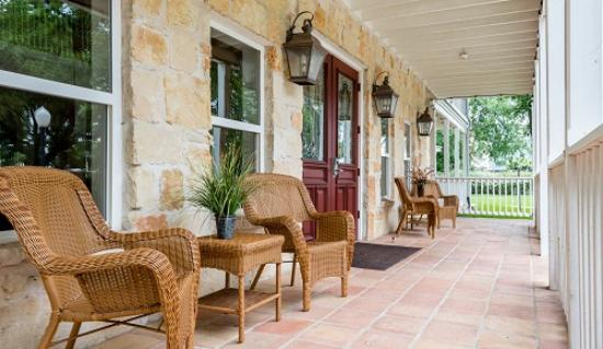 Gruene River Hotel & Retreat: Front Porch