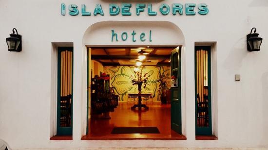 Hotel Isla de Flores: Entrada principal del Hotel