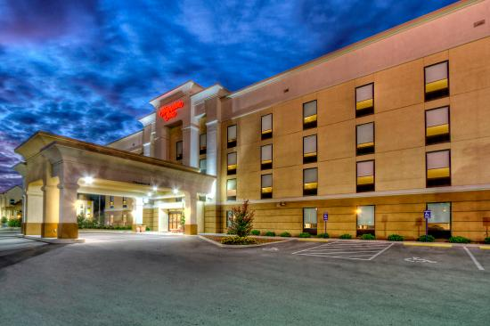 Cookeville, Tennessee: Hotel Exterior at Night