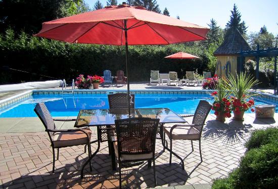 Courtenay, Canadá: Poolside Breakfast