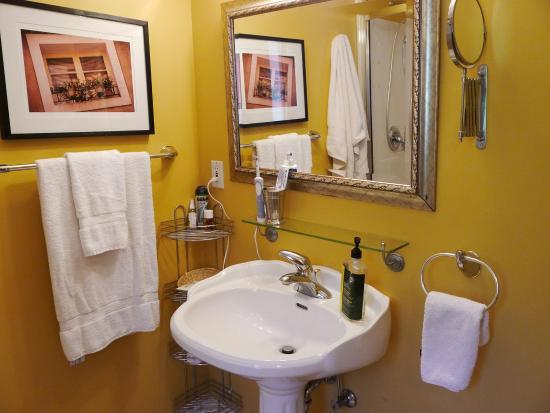 Courtenay, كندا: Provernce Room Ensuite Bathroom
