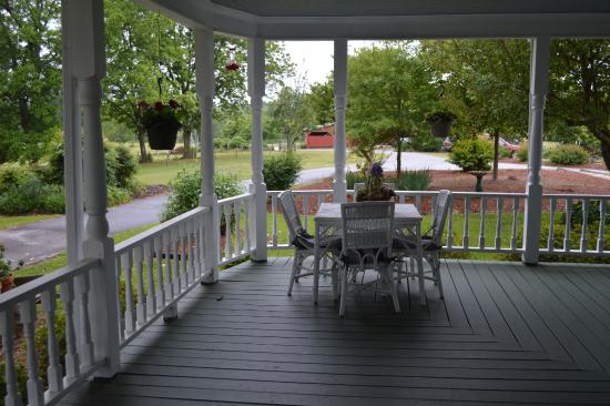 Sunrise Farm Bed and Breakfast: Beautiful wrap-around porch!