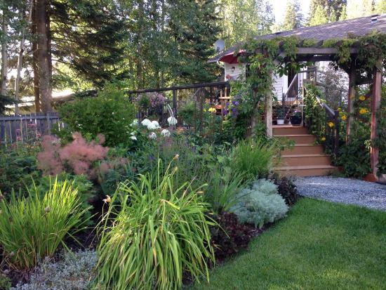Arbor Bed and Breakfast: Summer Garden in Bloom