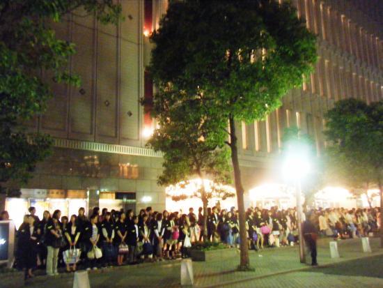 Tokyo Takarazuka Theater: 東京宝塚劇場 外観(出待ちの人々)