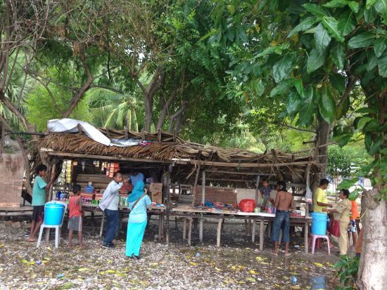 West Timor, Indonesien: Satu-satunya warung makanan-minuman yg paling mudah ditemui di Pantai Kolbano