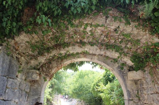 Kanfanar, Kroatia: One of several arches
