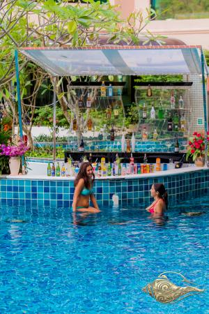 Blue Ocean Resort: Swim Up Pool Bar