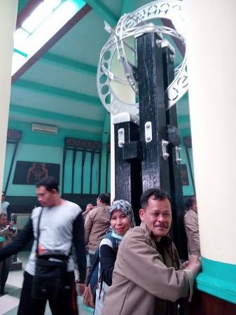 Equator Monument (Tugu Khatulistiwa): Selfie lagi, eh ada penampakan tuh dibelakangku
