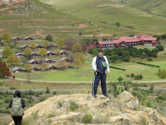 Free State, Sydafrika: The descend from Brandwag Buttress Trail, view of the Hotel and Chalets in the background