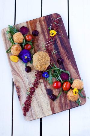 Bloubergstrand, Sudáfrica: Deep fried goats cheese beetroot crumb and puree, basil, rocket, cherry tomatoes, balsamic icecr