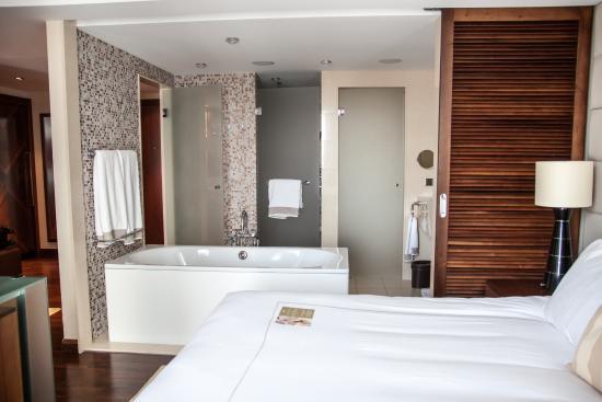 bett und offenes badezimmer - bild von jumeirah frankfurt