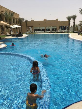 Madinat Zayed, De forente arabiske emirater: Pool by day