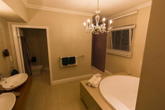 Cascade Manor: Large bathroom.