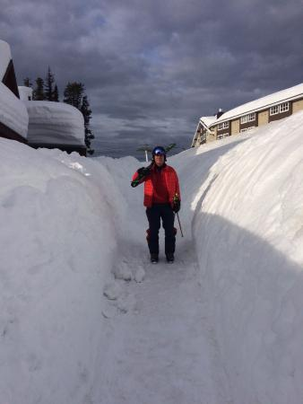 Big White, Kanada: Exit to ski hills (that is a lot of snow!)