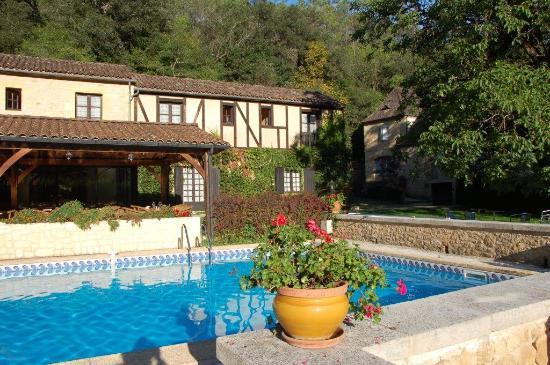Le Relais du Touron : vue du restaurant en face de la piscine