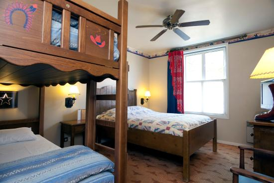 Disney 39 s hotel cheyenne marne la vall e voir les - Hotel marne la vallee chambre familiale ...