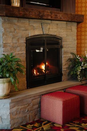 Comfort Inn & Suites Tunkhannock: Lobby Fireplace